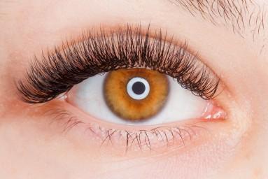 глаз с нарощенными ресницами